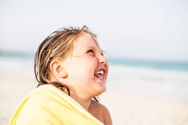 Малюк сміятися в рушник — стокове фото