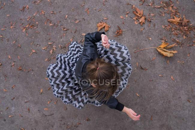 Vue aérienne d'une fille tournant autour — Photo de stock