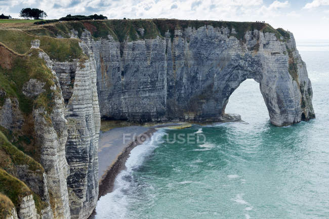 Arch and cliff along the coast — Stock Photo