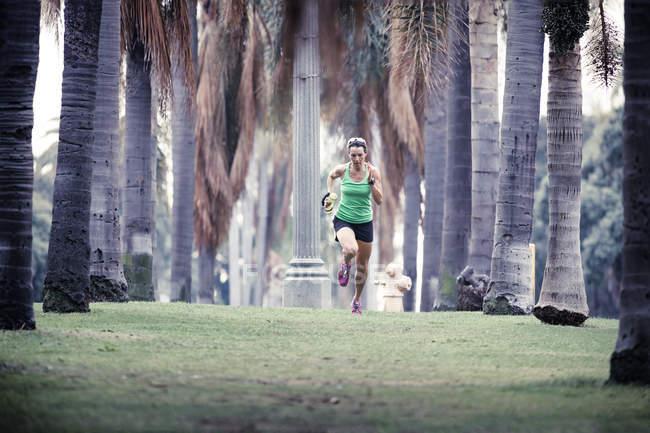 Mulher correndo no parque urbano — Fotografia de Stock