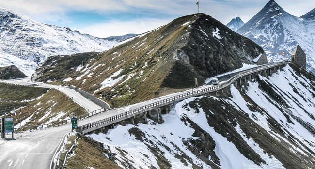 Дорога через гори snowcapped — стокове фото