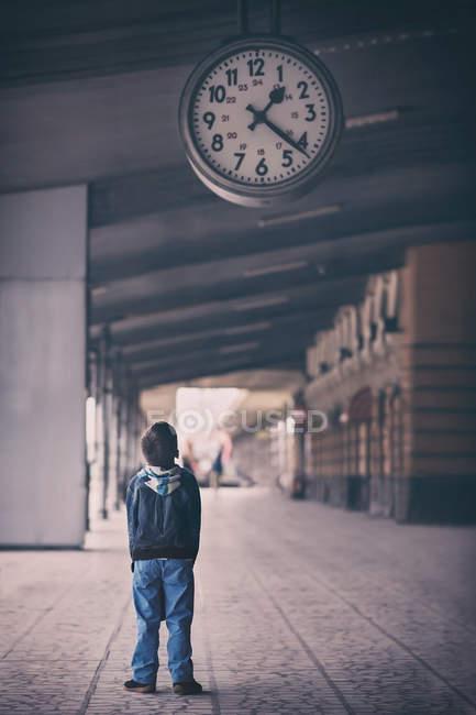 Мальчик смотрит на часы — стоковое фото