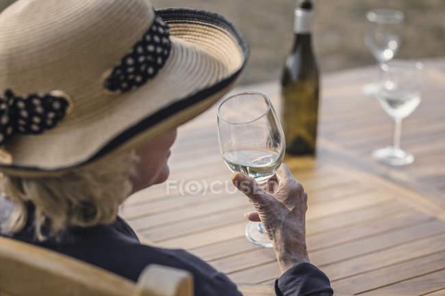 Mulher beber o copo de vinho branco — Fotografia de Stock