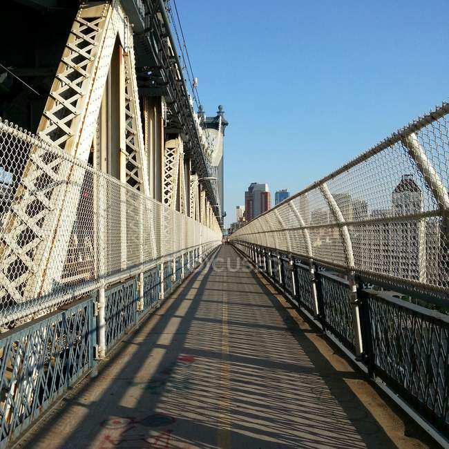 Pedestrian walkway on Manhattan Bridge — Stock Photo