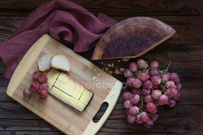 Käse-Trauben und Brot — Stockfoto