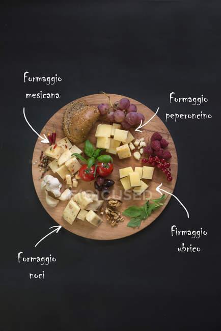 Итальянский сыр на разделочная доска — стоковое фото