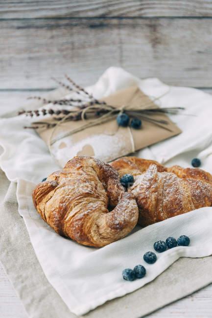 Frühstück Blaubeeren und Überraschungs-Umschlag — Stockfoto