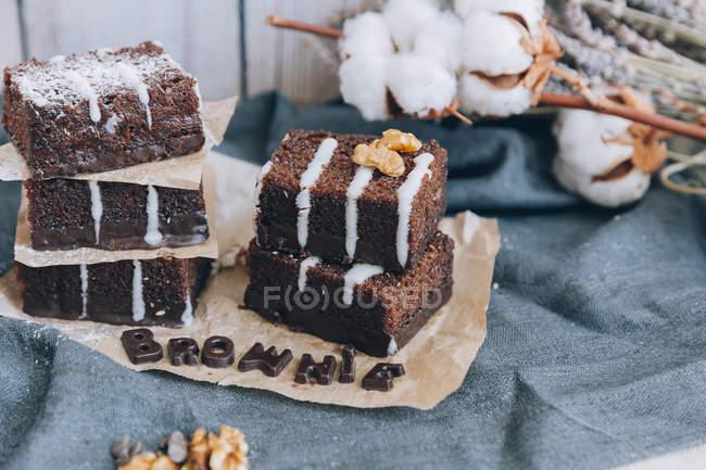 Schokoladen-Brownie Kuchen in Papier schneiden — Stockfoto
