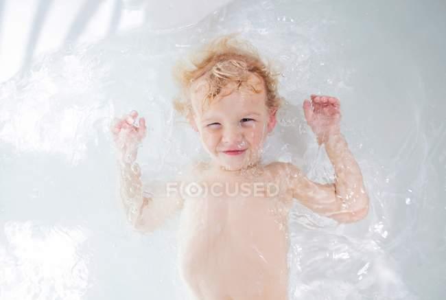 Немовляти купання в ванні з водою — стокове фото