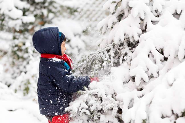 Ragazzo che gioca fuori in inverno — Foto stock