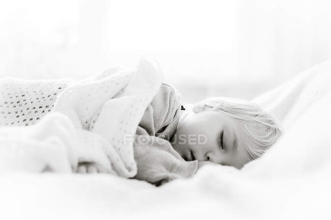 Boy sleeping in bed — Stock Photo