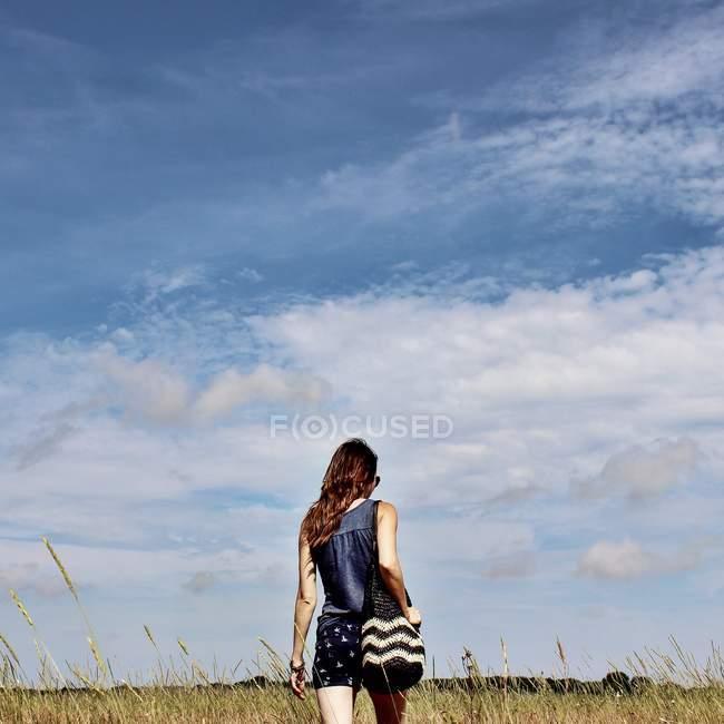 Fille marche dans le champ — Photo de stock