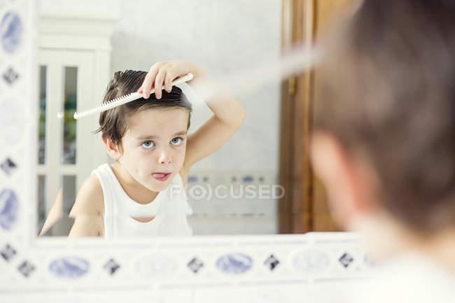 Cheveux de peignage garçon — Photo de stock
