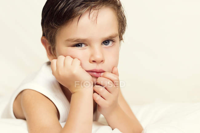 Портрет мальчика с рукой на подбородке — стоковое фото