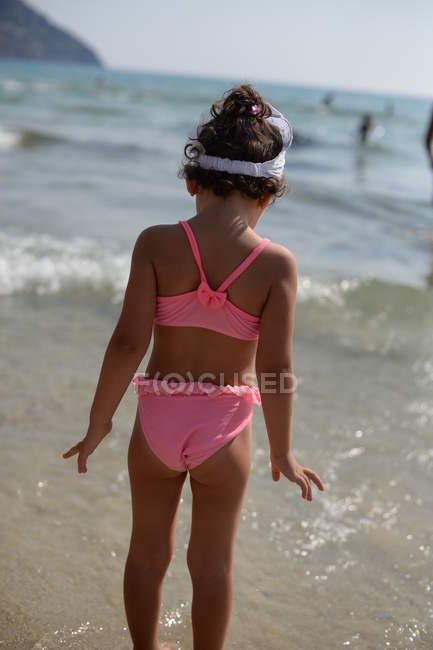 Девушка в море — стоковое фото