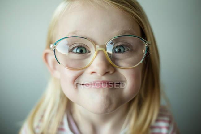 Mädchen macht dummes Gesicht — Stockfoto