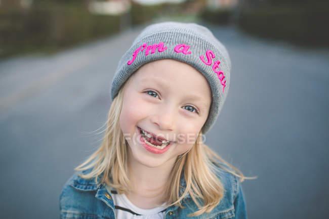 Ragazza con denti anteriori mancanti — Foto stock