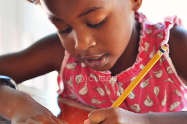 Mädchen macht Hausaufgaben — Stockfoto