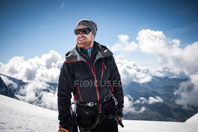 Mittlerer Erwachsener auf dem Gipfel des Breithornsattels — Stockfoto