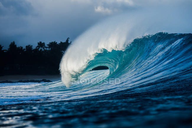 Wave breaking on reef — Stock Photo