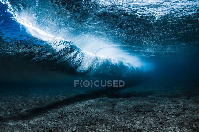 Brise des vagues sous-marines — Photo de stock