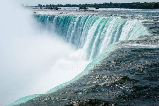 Poderosas aguas de las Cataratas del Niágara - foto de stock