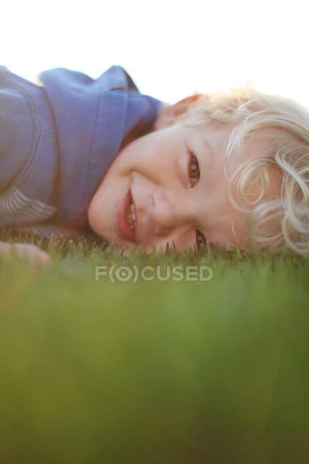Junge liegt auf dem Gras — Stockfoto