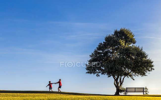 Jeunes filles tenant par la main en jouant à l'extérieur — Photo de stock