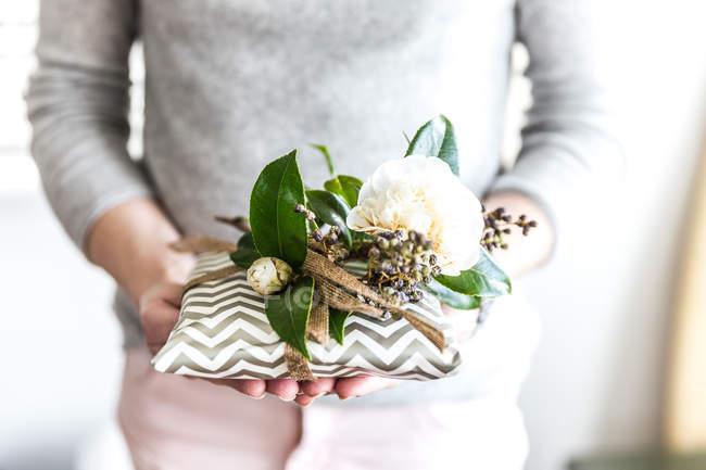 Frau Holding eingebundenen Geburtstagsgeschenk — Stockfoto