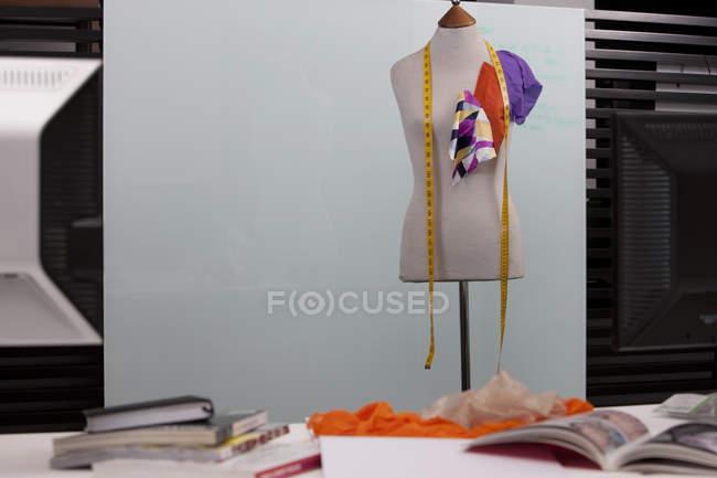 Mannequin couturière en studio — Photo de stock