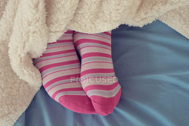 Pieds femme en chaussettes roses — Photo de stock
