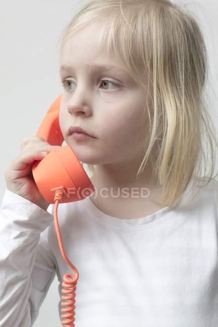 Chica hablando por teléfono - foto de stock