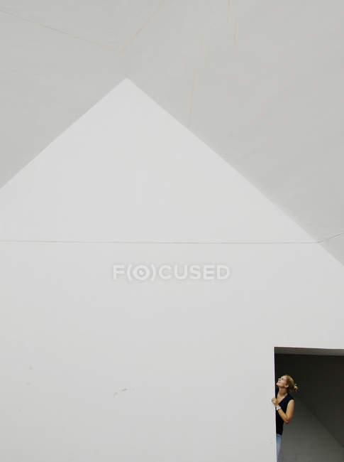 Женщина смотрит вверх через дверь — стоковое фото