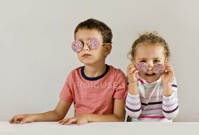 Menino com menina usando óculos de sol — Fotografia de Stock