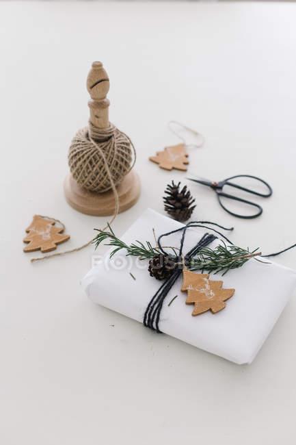 Stillleben mit verpackte Weihnachtsgeschenk — Stockfoto