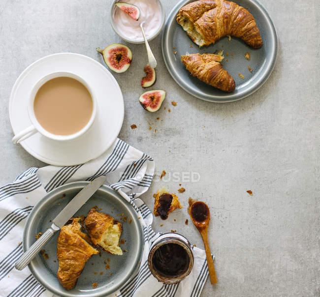 Frühstück mit Tee und croissants — Stockfoto