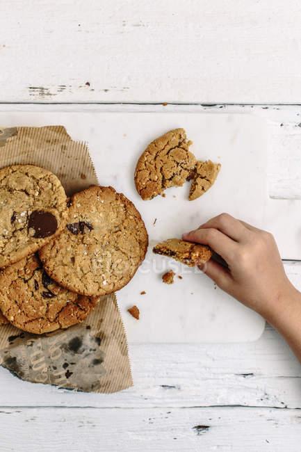 Kind Hand nehmend cookie — Stockfoto