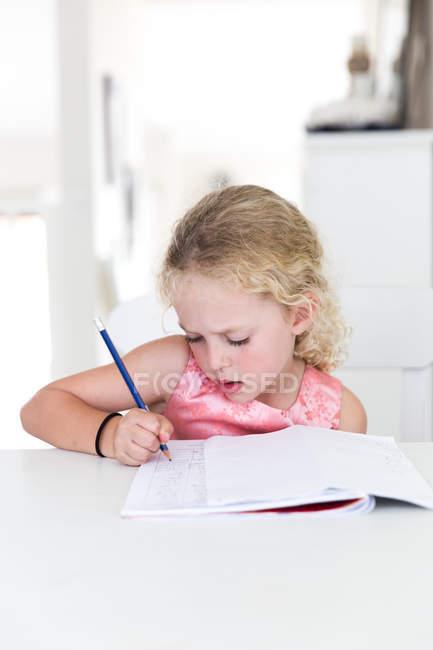 Дівчата роблять домашнє завдання — стокове фото