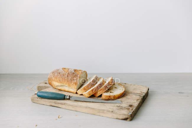 Rebanadas de pan sobre la tajadera - foto de stock
