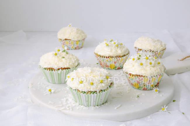 Placa de cupcakes decorados con flores - foto de stock