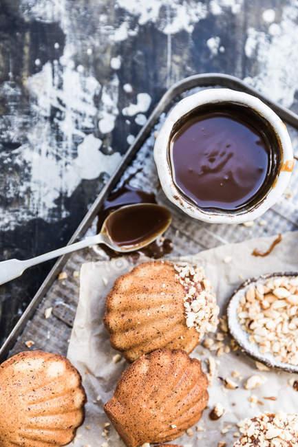 Magdalenas de avellanas con salsa de caramelo - foto de stock
