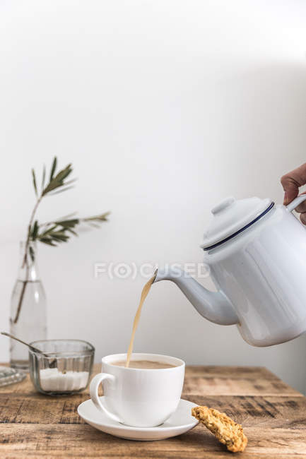Pouring cup of tea — Stock Photo