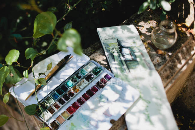 Watercolors and drawing in garden — Stock Photo