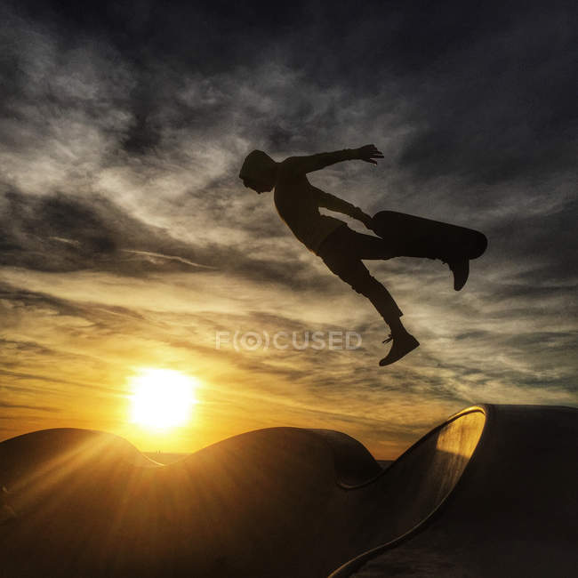 Silhouette of man skateboarding — Stock Photo
