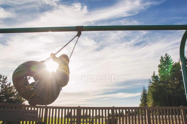 Garçons assis sur la balançoire — Photo de stock