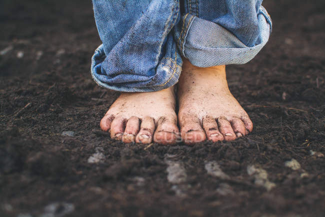 Boy barefoot dirty feet — Stock Photo