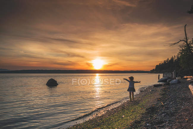 Mädchen Strand entlang spazieren — Stockfoto
