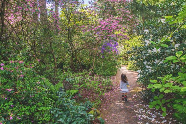 Ragazza che corre lungo il percorso — Foto stock