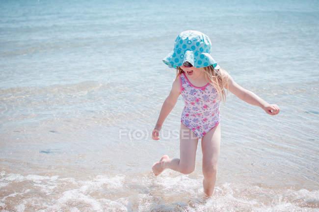 Menina salpicando sobre no mar — Fotografia de Stock