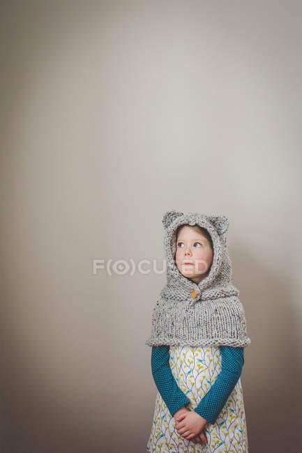 Garota vestindo malha capuz com orelhas de urso — Fotografia de Stock